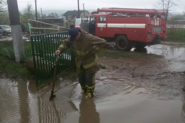 Підтоплені угіддя, повалені дерева, авто, що застрягли – наслідки негоди на Тернопільщині