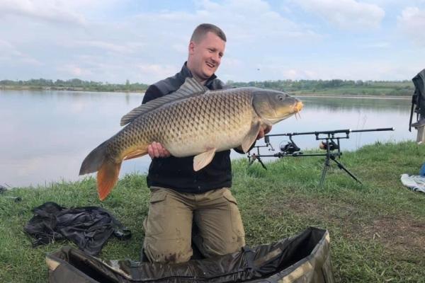 Рибалки на Тернопільщині впіймали величезну рибину (Фото)