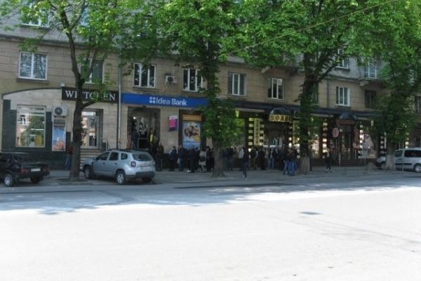 У Тернополі біля відділень банків натовп людей (Фото)