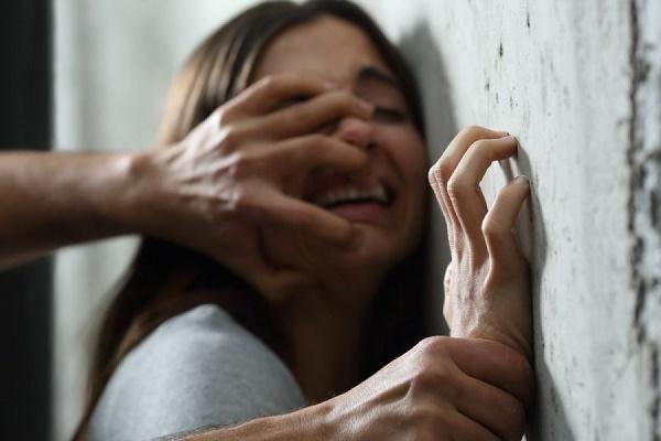 У Тернополі жінку зґвалтували у власному під'їзді