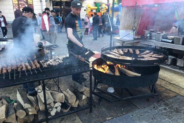 Музика, наїдки і напитки: у Тернополі розпочинається фестиваль їжі (Фото, Відео)