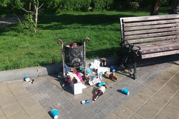 Вандалізм по-тернопільськи: у центрі Файного міста розкидають непотріб зі смітників (Фото)