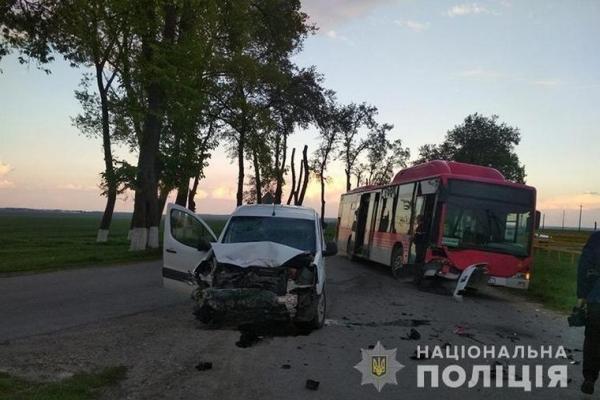 На Тернопільщині іномарка врізалася у автобус (Фото)