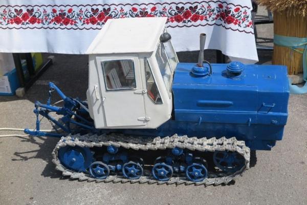 Учні з Тернопільщини створили диво-трактор (Фото)