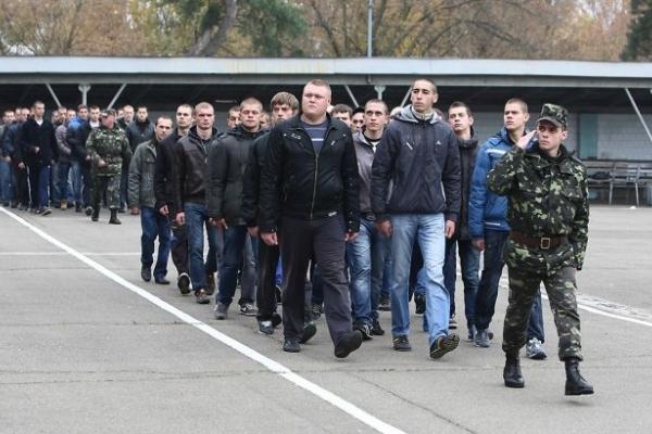 «Мого сина з автобусної зупинки забрали у військомат», - батько призовника з Борщева скаржиться на свавілля
