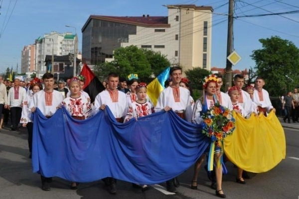 З нагоди Дня Героя України вулицями Тернополя пройде урочиста хода у вишиванках