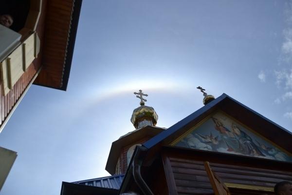 Під час Богослужіння над церквою на Тернопільщині з'явилося дивне сяйво (Фото)