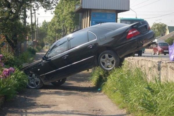 У Тернополі з дороги злетів Lexus (Фото)