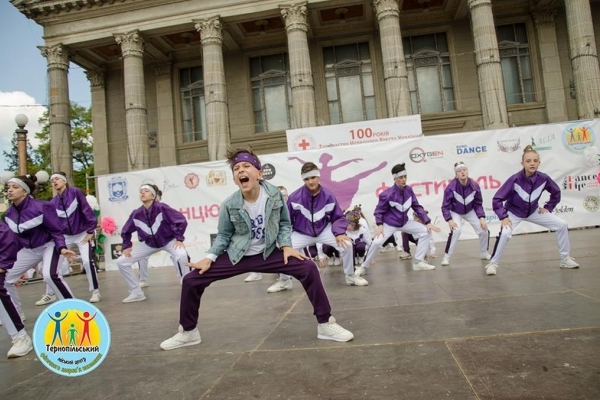 1000 дівчат і хлопців танцювали в Тернополі кілька годин підряд (Відео)