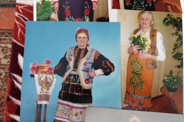 92-річна жителька Тернопільщини вишиває унікальні жіночі костюми (Фото)
