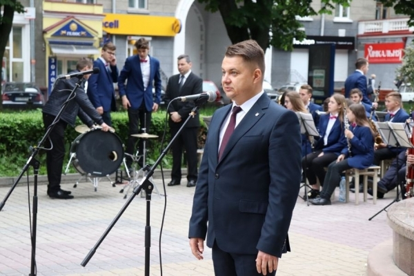 Cтуденти Теpнопільського музичного коледжу закінчили навчання концертом біля памятнику Соломії Крушельницькій
