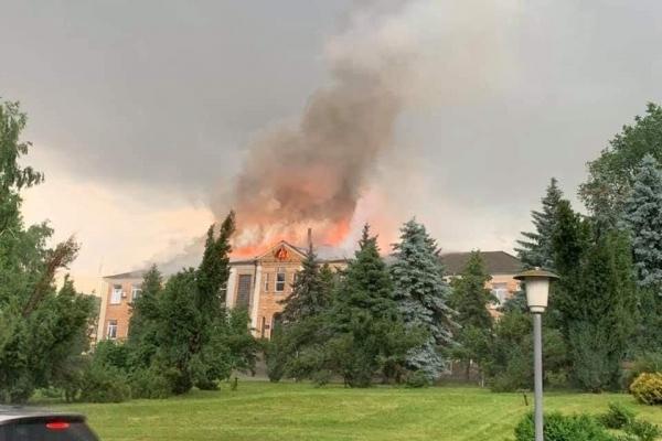 Погодні аномалії: на Кіровоградщині блискавка спалила райадміністрацію, в Тернопільській області – сарай, а на Херсонщині вбила дівчину