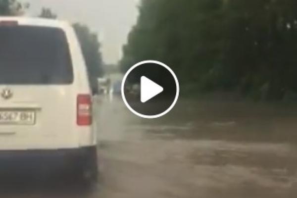 Сильна злива у Тернополі: відео про негоду показали в соцмережах (Відео)