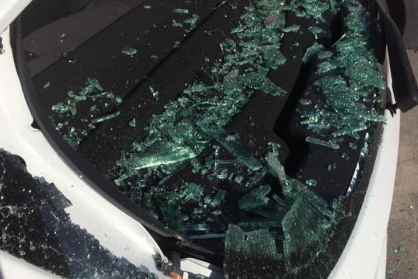 У тернопільському дворі розтрощили авто. Підозрюють сусідів