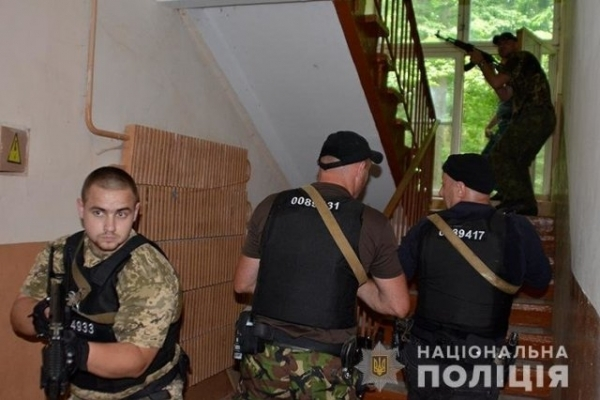 Правоохоронці «звільнили» із заручників представника окружної виборчої комісії
