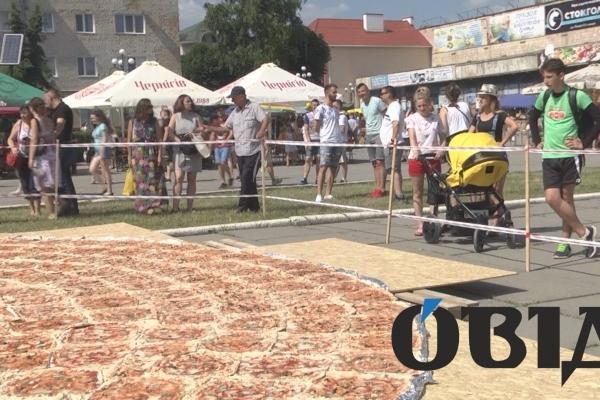 У Чорткові приготували найбільшу в Україні піцу (Фото)