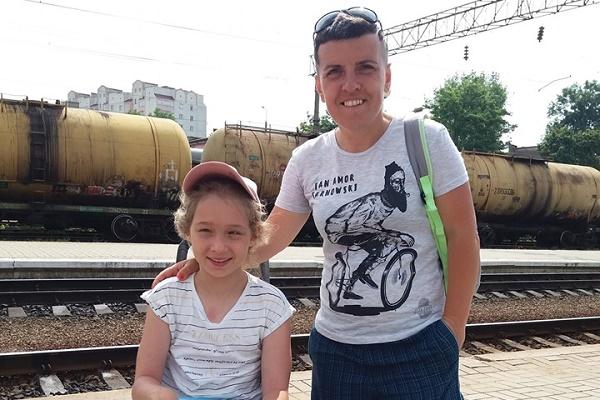 Тернополяни збираються власноруч підняти дівчинку в візку на Говерлу