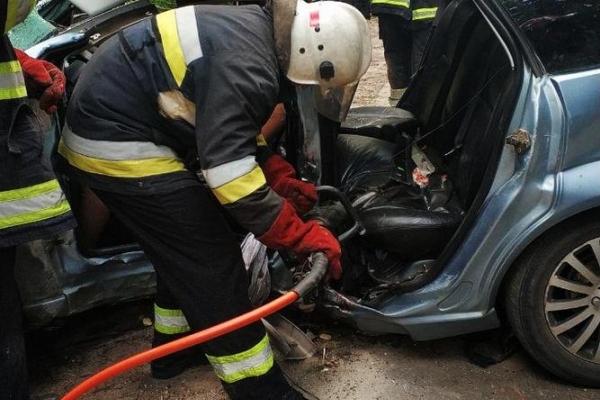 У Тернополі на Чумацькій авто врізалось у дерево