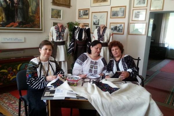 Борщівські майстрині вишивають сорочку для українського політвязня Балуха