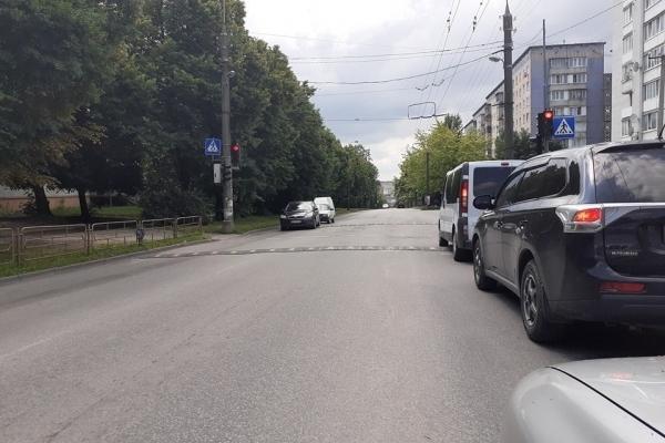 У Тернополі біля школи через «лежачого поліцейського» утворюються затори (Фото)