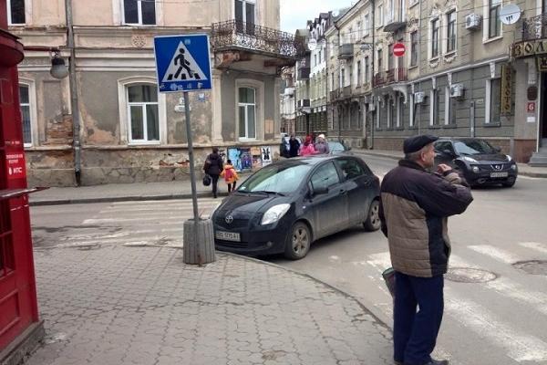 Обмежити паркування автомобілів на головних дорогах Тернополя вимагають жителі міста