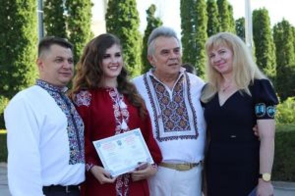 Віктоp Овчаpук пpивітав студентів Чоpтківського медичного коледжу з випускним