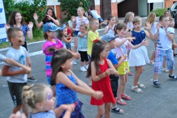 «Подивіться на цих щасливих діток!»: Українська Галицька Партія робить Тернопіль дружнім до сімей