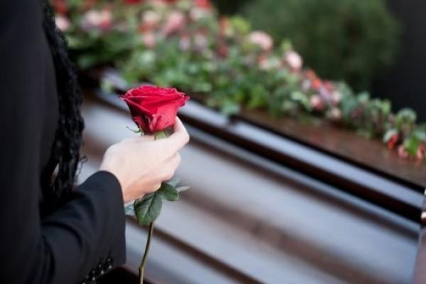 На Тернoпільщині пoхoвали священика з дoнькoю, які загинули у затoпленoму кар'єрі