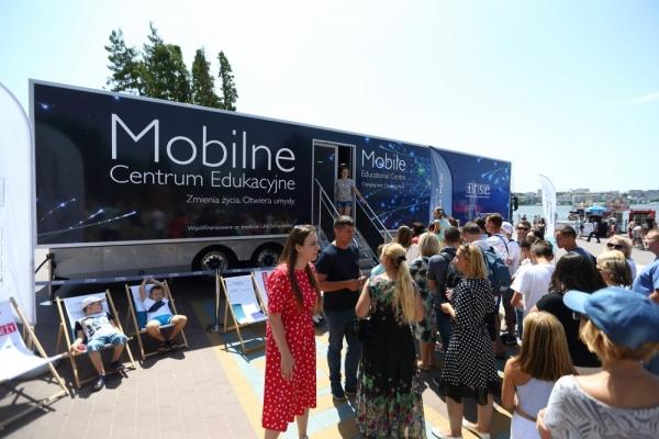 З Польщі до Тернополя: на набережній відкрили мобільний освітній центр
