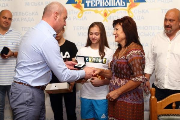 Нагорода від міського голови: 15-річній гімнастці подарували квартиру