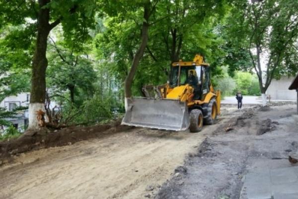 Через протест мешканців у Тернополі зупинили ремонт двору