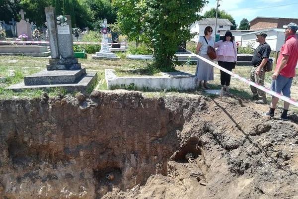 Активісти Чорткова не дозволили залити бетоном яму на цвинтарі, з якої вивезли останки з 14 могил