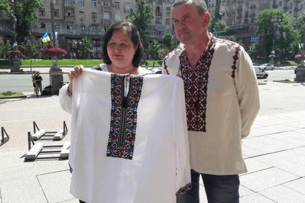«Сорочку надії» вишили майстрині Тернопільщини для бранця Кремля