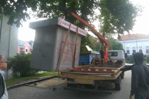 У Тернополі продовжують демонтувати незаконні маки (фото)