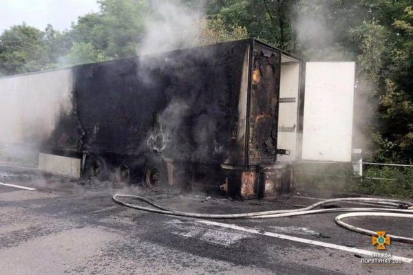 На Тернопільщині вантажівка загорілась посеред дороги (фото)