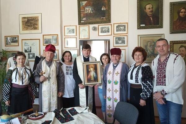 Політв'язень Володимир Балух подякував борщівським майстриням за подаровану йому вишиванку