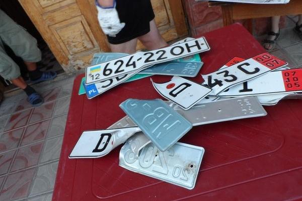 На Тернопільщині чоловік розірвав руками шість номерних знаків для авто (Фото)