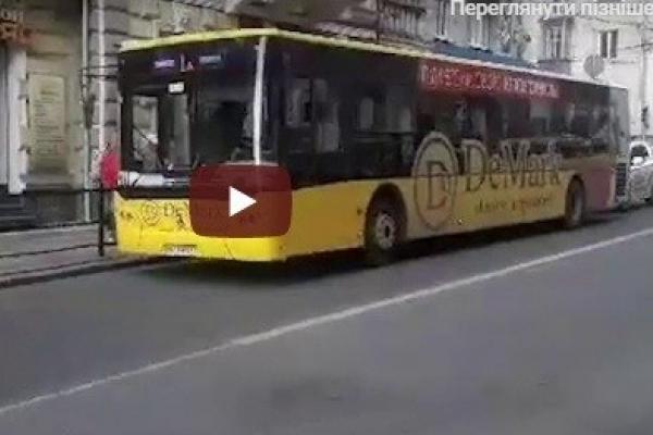 У Тернополі автобус збив молоду жінку (Відео)