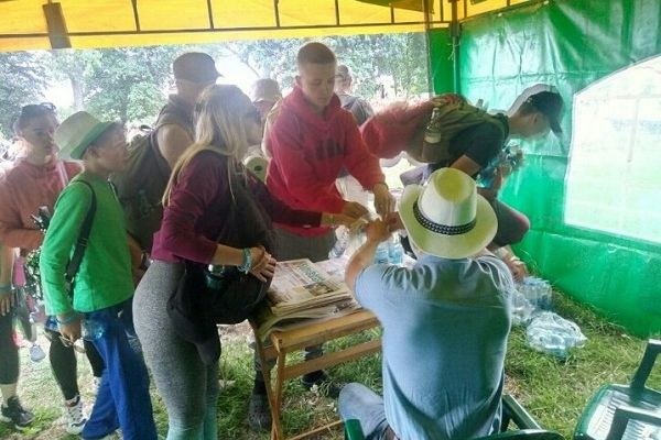 Спраглого - напоїти: Аграрна партія помагає паломникам до Зарваниці