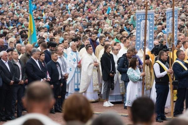 Петро Порошенко у Зарваниці: Закликаю усіх молитися за Україну