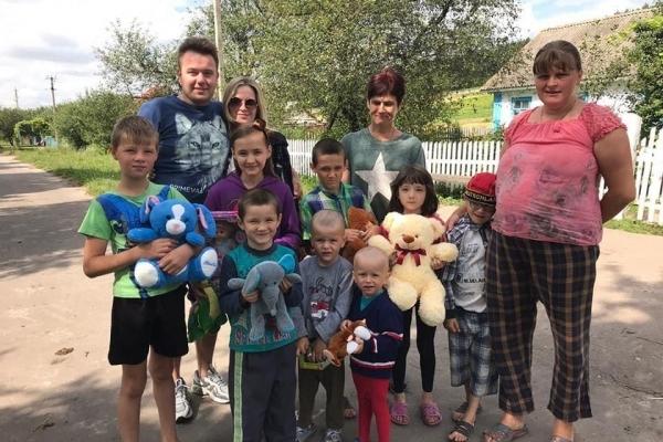 Молода пара з Тернопільщини попросила гостей приносити замість квітів - іграшки для благодійності