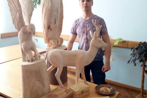 З куска дерева студент з Тернопільщини виготовляє вироби, котрі зачаровують красою та витонченістю