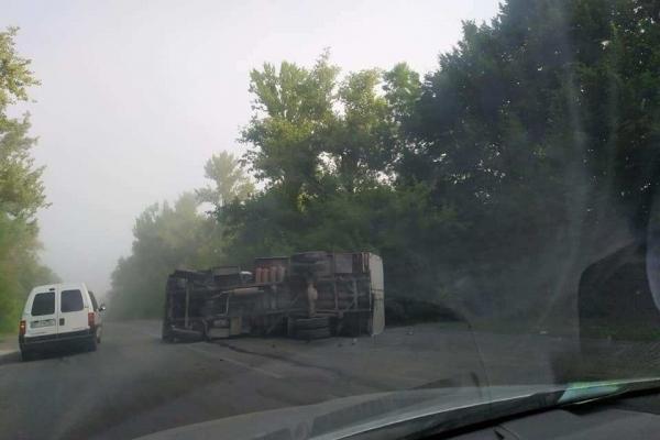 На Тернопільщині внаслідок ДТП перекинулась вантажівка (Фото)