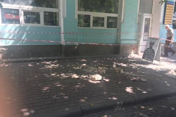 У Тернополі чоловік випав з балкону будинку