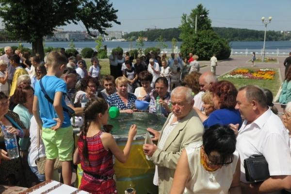 Сотні тернополян пили та набирали воду з гігантського казана (Фото)