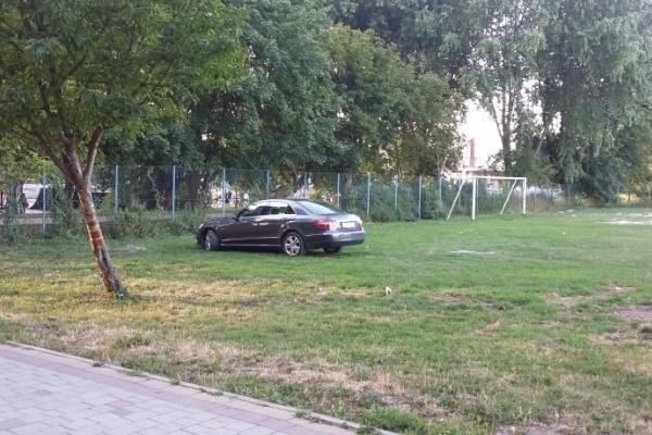 «Я паркуюсь, як мудак»: Водій на чорному Мерсі припаркувався на футбольному полі (Фото)