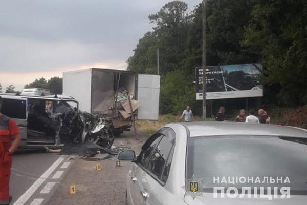 У Смиківцях водій мікроавтобуса на смерть збив іншого водія