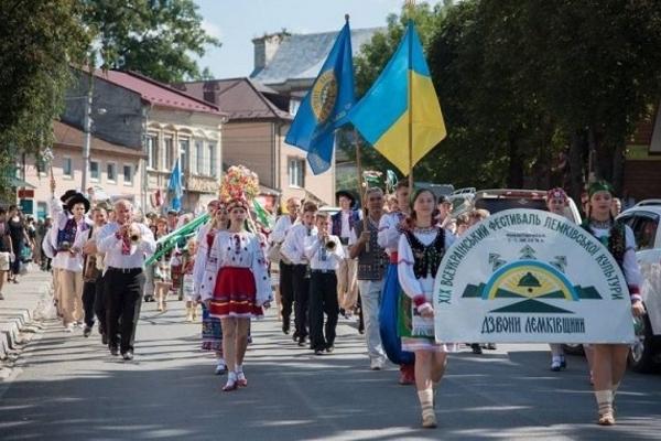 Тисячі лемків з'їхалися в урочище на Тернопільщині, де проходить ювілейний фестиваль «Дзвони Лемківщини»