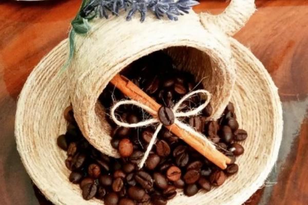 Кавовою красою, прянощами умілиця з Тернопілля наповнює чашки й тарілки (фото)