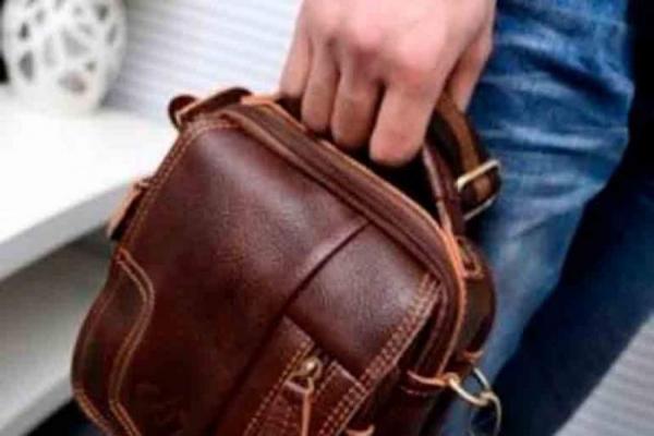 На тернопільському авторинку невідомий викрав чужу барсетку, повну грошей (Відео)